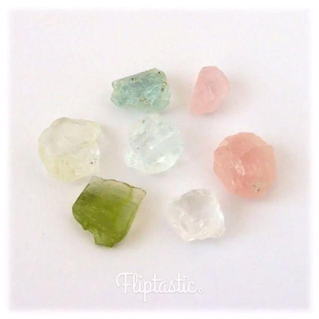 (新商品のご紹介) 新たに入った#鉱物 です。 * アクアマリンやエメラルド、 ピンクなど美しい色をした ベリルのかけらをご用意しました。 * ガラスのかけらのようですが、 不思議なことに美しさが 全く違う感じがします。 そのまま眺めているだけで、 心が洗われるような美しさです。 * ベリルは緑柱石の英語名で、 緑柱石はベリリウムを含む 六角柱状の鉱物です。 金属元素のベリリウムの名前は、 この中から発見されたことから 付けられたそうです。 * 緑柱石の中で透明で美しいものは カットされてベリルという名称で 宝石として売られています。 他の成分が微細に混じることで、様々な色合いに発色します。 * サイズ8~10mm、9g入り  #ベリル のかけら 税込¥1080 #ペロル
