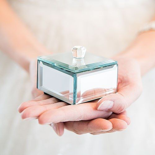 Glamour and style in one small package. These miniature beveled mirror boxes make a sophisticated keepsake or jewellery box or use as a glamorous wedding favour to hold a sweet treat. A dazzling way to reflect your sparkling personality.