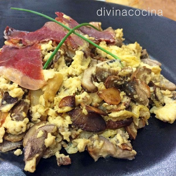 Este revuelto de setas al ajillo con jamón se prepara en pocos minutos. Es un plato ligero, sencillo y lleno de aroma y sabor.