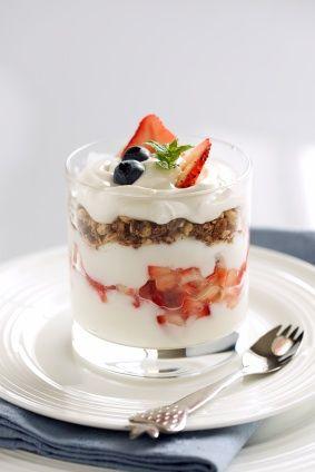 Estas copas de yogurt con granola y frutas son un desayuno sano y delicioso en menos de 15 minutos!