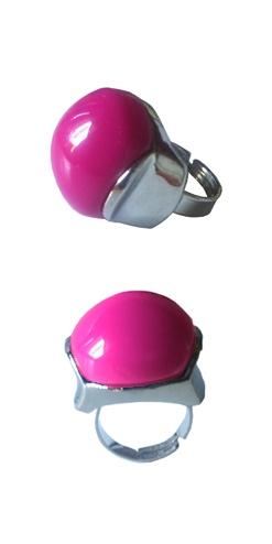 Anillo redondeado fucsia. Los anillos maxi son los detalles perfectos para los looks más chic, al igual que los collares en formato XL se convierten en auténticos imprescindibles esta temporada. http://Alltrendy.es