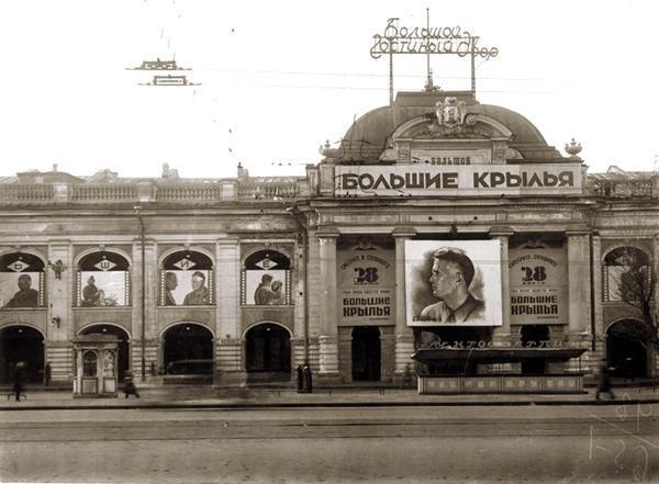 В 1955—1967 годах была проведена новая реконструкция. Архитекторы И. А. Вакс и Л. С. Катонин и инженер М. И. Юношев (институт «Ленпроект») превратили изолированные до того магазины в сквозную анфиладу. На смену 178 магазинам пришел единый универмаг «Гостиный двор» — главный универмаг Ленинграда.