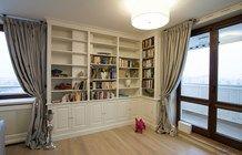 Narożna biblioteka w salonie - zdjęcie od Artystyczna Manufaktura - klasyczne meble na wymiar