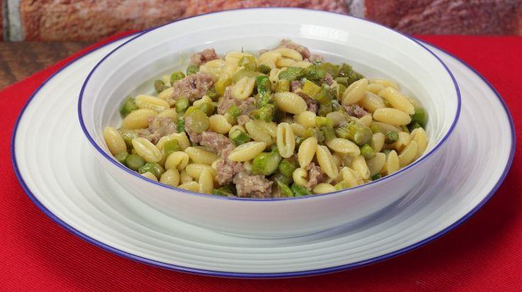 Ricetta Gnocchetti sardi salsiccia e asparagi: Gli gnocchetti sardi salsiccia e asparagi sono un primo piatto ricco e gustoso, perfetto per le giornate primaverili, non ancora calde e afose. Provateli!