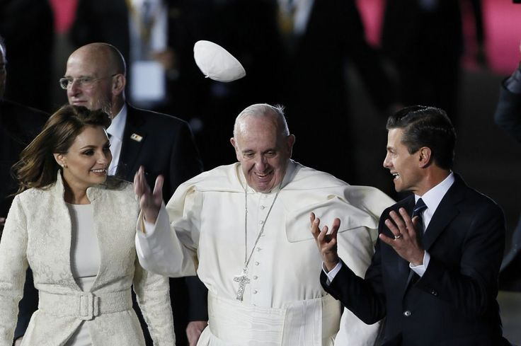Un sonriente papa Francisco llegó el viernes por la noche a la Ciudad de México, donde fue recibido con un espectáculo que parecía un concierto de rock, con luces de colores que iluminaban el escenario y multitudes que agitaban pañuelos de colores.