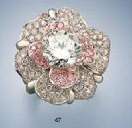 Bague en forme de fleur or blanc sertie au centre d'un brillant central (environ 4,80 carats), les pétales pavées de diamants de couleur rose (environ 1,65 carat) et de brillants (environ 3,25 carats). 25 grs