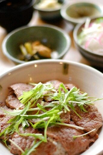 八彩屋 岩塩で味わう!阿蘇のあか牛モモ肉丼―南小国の食べ物―