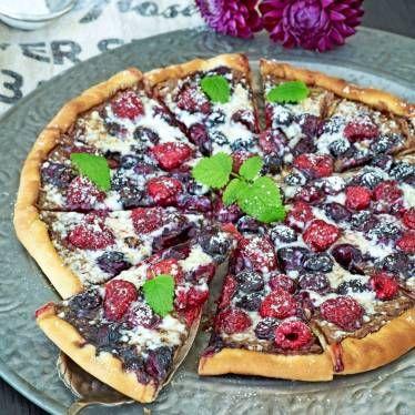 Grillad dessertpizza med nutella, bär och vit choklad
