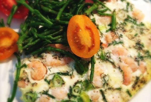 Ook lekker als ontbijt; Ei uit de oven met garnalen en kruiden. Met zeekraal en tomaatjes
