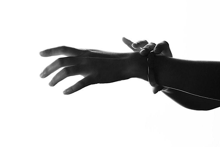 """Berührend: Studie """"Hände / Hands"""" zeigt Menschen hautnah  In fleischigen Verästelungen überziehen sie die Hände: Lebenslinie, Herzlinie und Kopflinie. Heute steht jedoch weder die prognostisch-esoterisch..."""