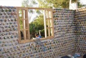 pared de botellas de plastico