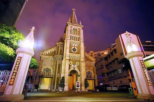 高雄玫瑰聖母教堂は一番最初にできた台湾の天主教会です。厳かで華麗なコッジク式の建築、クリスマスに高雄の夜を彩ってくれます。  #Kaohsiung #VisitKaohsiung #Taiwan #loveriver #nightview #church #Christmas2016 #gothicarchitecture #高雄観光 #台湾 #愛河 #打狗川 #夜景 #教会  #海外旅行 #ゴシック建築 #高雄觀光 #台灣  #教堂 #輕旅行 #哥德式建築