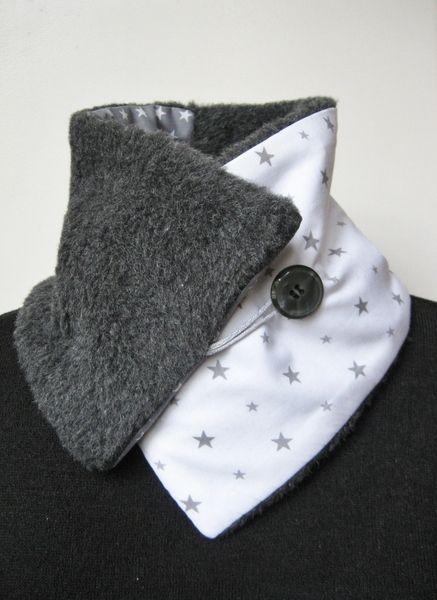 A la fois simple et chic , chaud et élégant , masculin et féminin , bref ceci est un col écharpe moitié fausse fourrure et cotons gris étoilés dans un