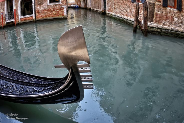 https://flic.kr/p/HKcpL3 | Gondola: Il ferro di prua. Venezia (Fisheye Vision) | Il tipico pettine o ferro di prua (in veneziano fero da próva o dolfin) ha lo scopo di proteggere la prua da eventuali collisioni ed anche come abbellimento. La sua forma ha tradizionalmente il significato di rappresentare i sei sestieri di Venezia (i sei denti rivolti in avanti), la Giudecca (il dente rivolto all'indietro) e il cappello del Doge, l'archetto sopra il dente più alto del pettine rappresenta il…
