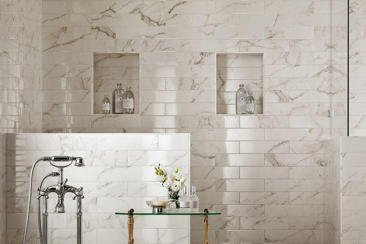 Preziose piastrelle da rivestimento effetto marmo creano pareti luminose e fresche per una decorazione d'interni raffinata di bagni e cucine