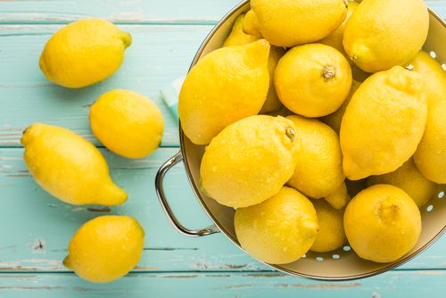 Een muggenbeet deppen met citroensap kan de jeuk verlichten -- Appliquer du jus de citron sur une piqûre d'insecte peut la soulager