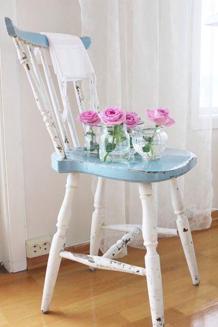 reciclandoenelatico.com Sillas pintadas en tonos claros y con acabados de desgaste