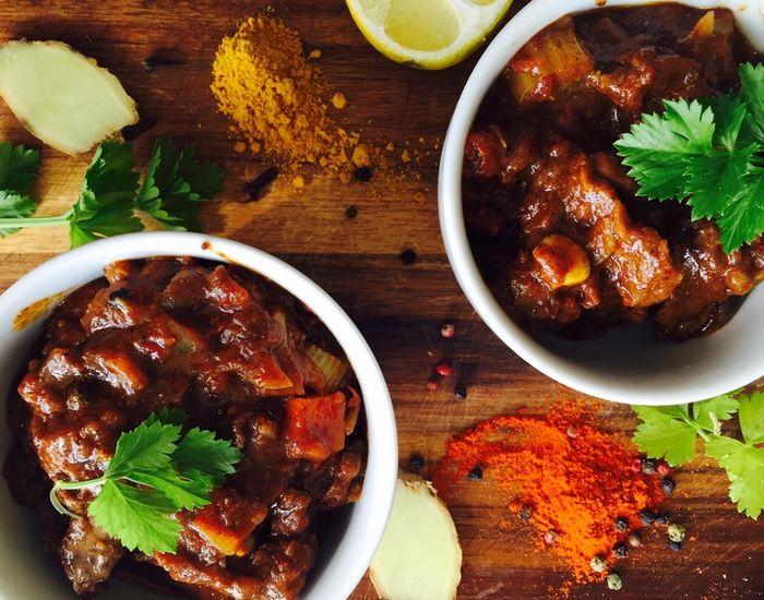 Denne opskrift byder på en lækker gryderet, nemlig en spicy indisk oksesimreret. Er man ikke til oksekød, så udskift med kylling eller svinekød. Mums.