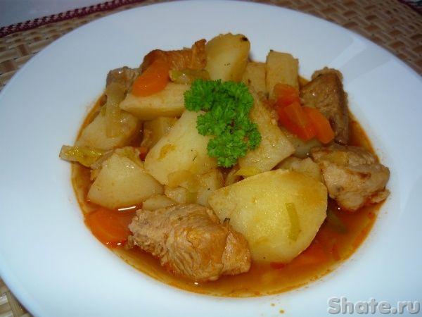 Домашнее жаркое---- свинина  500 г (шея или мясная прослойка)- картофель  1 кг- лук репчатый 1 шт- морковь  1 шт- томатная паста  1 ст.л.- лук-порей  1 шт- растительное масло  1-2 ст. л.- соль, перец, прованские травы-