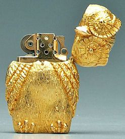 miscellaneous, New York, Tiffany gold cigarette lighter, heavy 18 kt. yellow gold (marked and tested) case formed as standing owl, base stamped Tiffany/18K, gold colored Zippo insert mechanism,