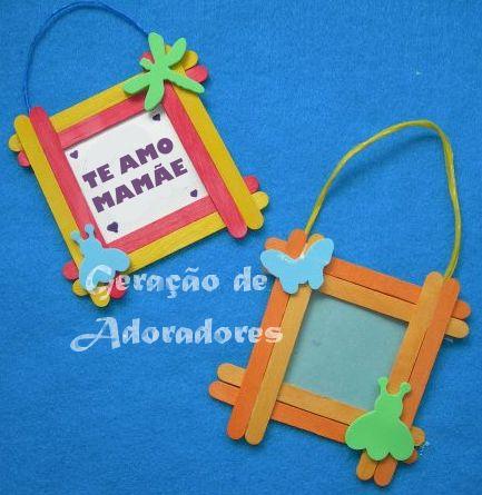 Confeccione junto com as crianças as lembrancinhas para a mamãe: Materiais:  Palitos de picolé Cola Barbante Cartolina Fita adesiva Apliques...