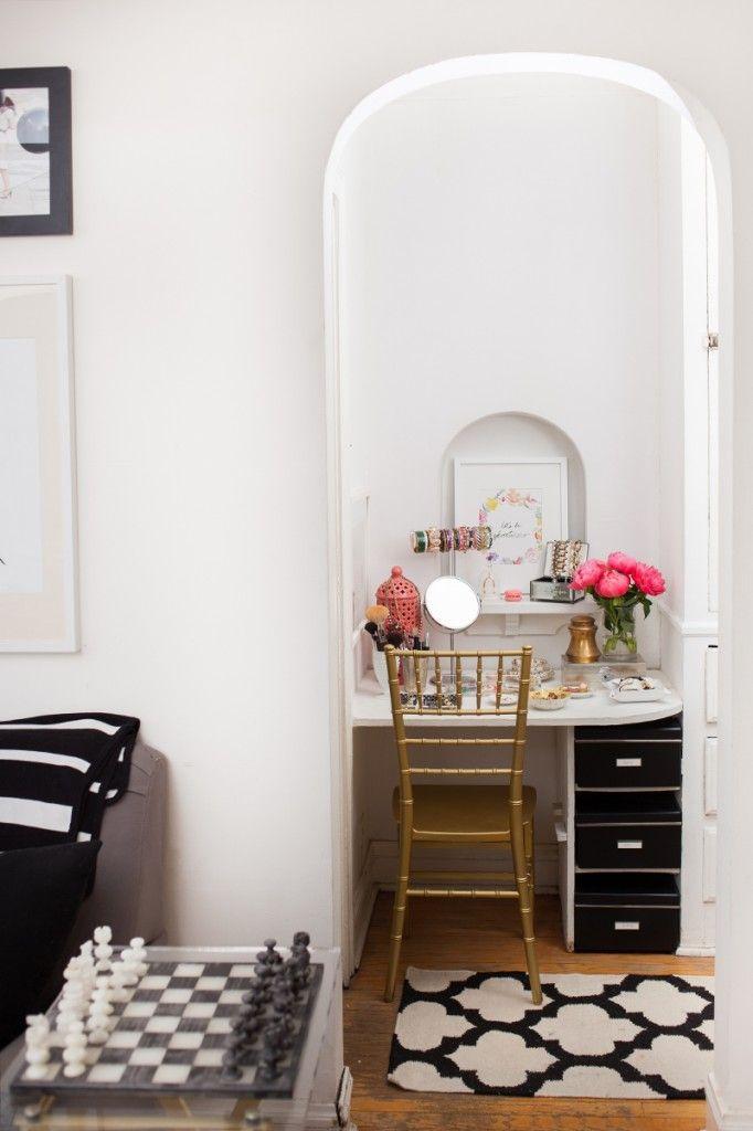 Opslag verliefd op dit interieur van dit droom appartement in Chicago. Meer inspiraties vind je op www.thenewgirlintown.com #Theeverygirl #interior #inspirations #dreamhome #apartment #gold #details #white #prints