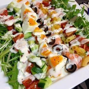 コブサラダとはハリウッドのオーナーシェフ・コブ氏が思案したまかないMENU。 冷蔵庫のお片づけサラダです。 チキン、トマト、アボカド、レタスなどにフレンチドレッシングが主流ですが 何でも入れちゃえ~♪