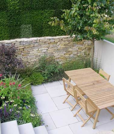 Construire un mur en pierre comme clôture de terrasse