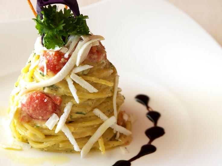 Spaghetti alla chitarra cremolati  al pesto di pistacchi, arancia sanguinella  e menta, innevati di provola fresca.