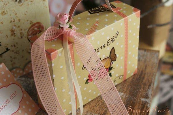 Μπομπονιέρα βαλιτσάκι-handmade by Sugar & Pearls, αποκλειστικά στο Les Cadeaux comme il faut