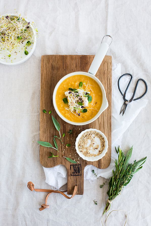 Soupe patate douce, carotte, lentilles corail, oignon, herbes, huile de noisettes