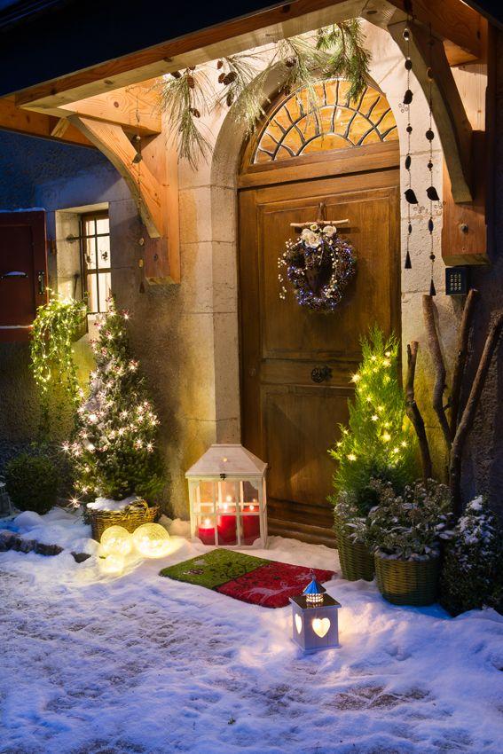 Un jeu de lumières et de végétaux naturels pour décorer votre porte d'entrer. Une ambiance chaleureuse et festive que vos invités apprécieront !