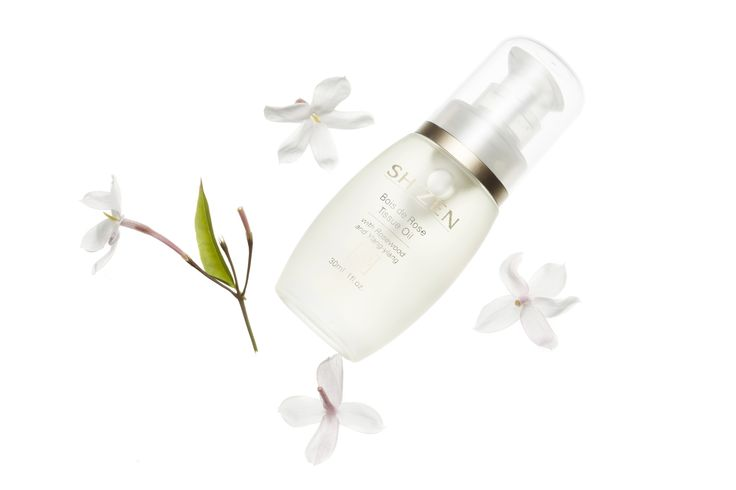 The Bois de Rose Tissue Oil renews and softens, restores elasticity and smooth out fine lines.