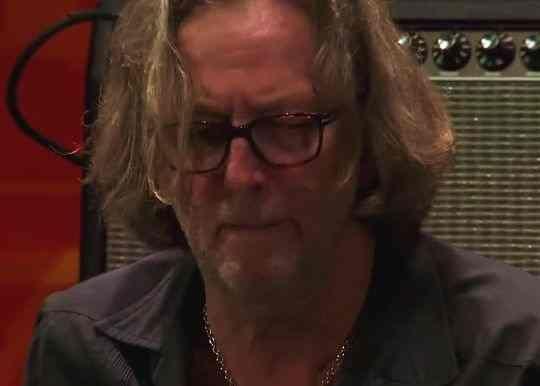 Эрик Клэптон, слушать которого можно одновременно в трех амплуа, давно стал иконой британской рок-сцены. Великолепный вокалист, виртуозный гитарист и талантливый композитор – в этом заключен весь Эрик Клэптон, слушать его нужно не торопясь, вдумчиво.