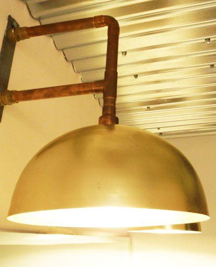 Φωτιστικά από χαλκό και μπρούτζο, με χρυσά μεταλλικά καπέλα στους βοηθητικούς χώρους του Tin café bar. Δείτε περισσότερα έργα μας στο  http://www.artease.gr/interior-design/emporikoi-xoroi/