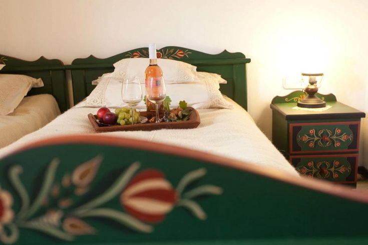 Bor lefekvés előtt a kézzel festett gyönyörű ágyban
