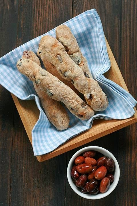 Eliópsoma – Kalamáta olives and thyme, bread sticks//// coomegreek, authentic Greek recipes