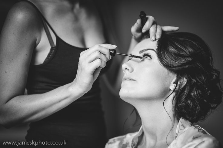 Wedding at Woburn Abbey, Bedfordshire. Bride and bridesmaids getting ready. Wedding make-up. www.jameskphoto.co.uk