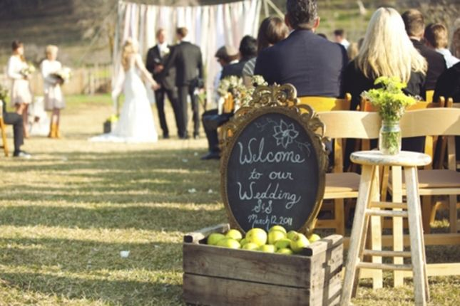 Simple & cuteChalkboards Wedding Signs, Welcome Signs, Ceremonies Backdrops, Chalkboards Signs, Vintage Frames, Apples Crates, Chalkboards Labels, California Wedding, Rustic Wedding