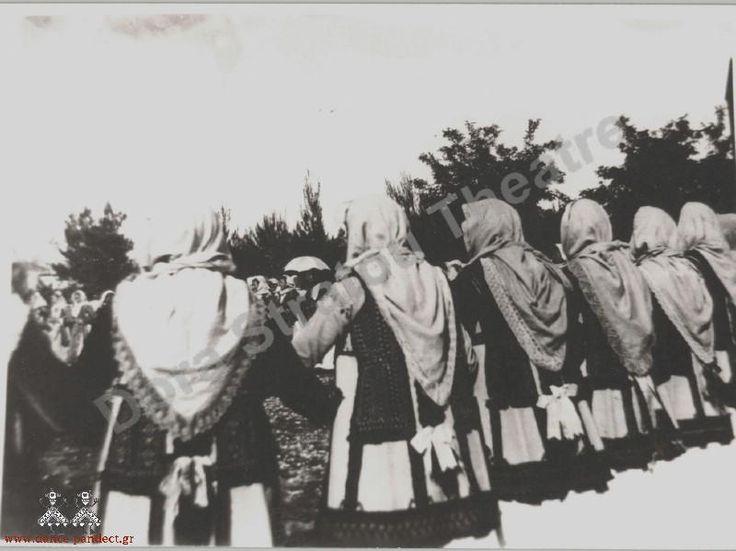 Γυναίκες χορεύουν με φορεσιά Τανάγρας