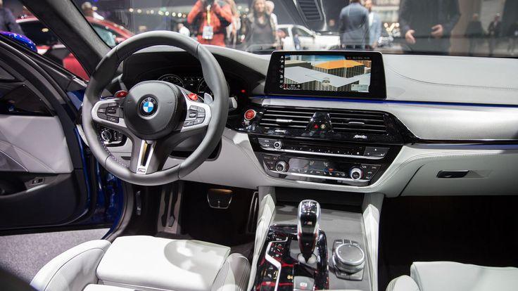 Apple'ın otomotiv dünyasına direk olarak giriş yaptığı teknolojilerden biri olan Apple CarPlay, giderek yaygınlaşmaya başlayan bir teknoloji oldu. 2017 yılında birçok yeni otomotiv devi ile anlaşıp, destek verdiği araç sayısını bir hayli arttıran Apple'ın en büyük iş ortaklarından birisi de BMW o...