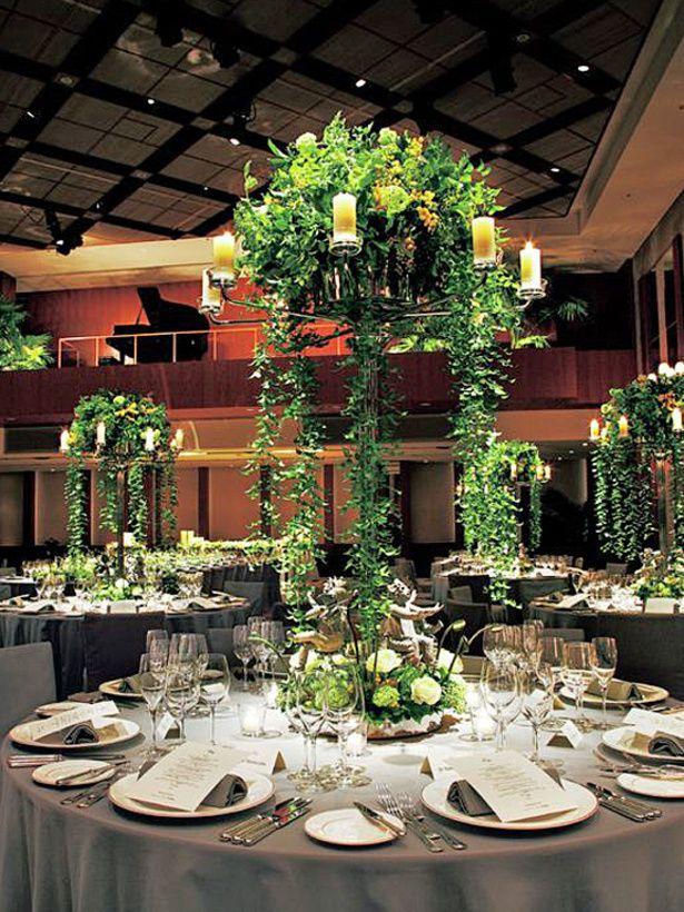 高さのあるベースから、シャワーのようにグリーンを垂らして。高い天井だから演出できるエレガントでラグジュアリー空間 *高級感のある会場装花 一覧*