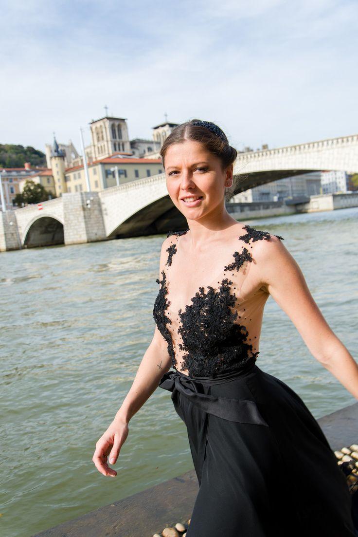 Robe Fluide Noire Soirée Mousseline Dentelle Strass. Ludivine Guillot, création sur mesure à Lyon.