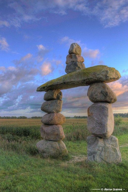 """monument """"De Poort van Drenthe"""" in een klein (nieuw aangelegd) natuurgebiedje bij Coevorden (Nederland)"""