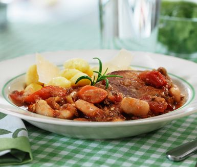 En smak av Italien hemma i ditt eget kök? Det kan du få om du gör detta receptet på toscansk gryta som får puttra ihop av bland annat vitlök, morot, rosmarin, picnicbog och citron. Servera köttgrytan med färsk gnocchi, rucolasallad och parmesan.