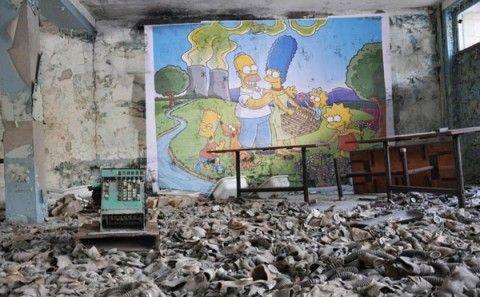 Lo street artist francese Combo ha dipinto questo murale dei Simpson (intenti a fare un picnic di fronte alla centrale nucleare di Springfield) all'interno di un edificio abbandonato a Chernobyl.