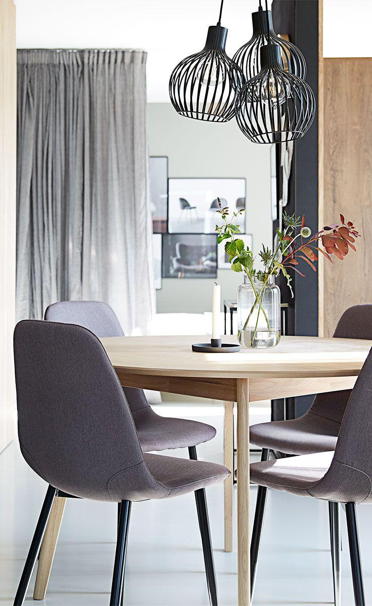 Inspiration til hvordan du kan kombinere dekovarer i klare, mørke nuancer og bløde tekstiler med de rene, skandinaviske linjer.
