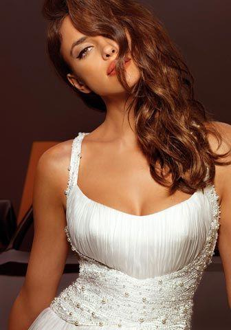 La modella russa ha prestato le sue curve anche allo stilista di abiti da sposa Alessandro Angelozzi. Prove generali per le nozze col fidanzato Cristiano Ronaldo?