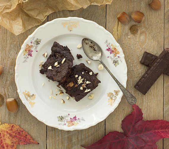 Deze brownie maak je zonder bloem, zonder ei en zonder boter. Geschikt voor mensen met een glutenallergie en/of veganisten. Lekker voor iedereen.