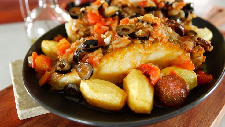 Receita de Bacalhau com azeitonas e chouriço. Descubra como cozinhar Bacalhau com azeitonas e chouriço de maneira prática e deliciosa!